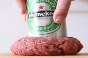 Παίρνει ένα κουτάκι μπύρας και το βάζει μέσα στον κιμά. Μόλις δείτε γιατί θα τρέξετε στην κουζίνα να κάνετε το ίδιο! (video)