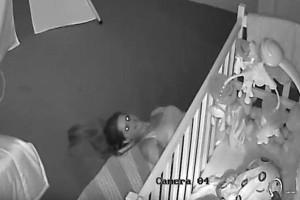 Μπαμπάς τσεκάρει την κάμερα ασφαλείας από το δωμάτιο του μωρού του, όταν βλέπει κάτι τρομακτικό κάτω από την κούνια του…