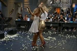 """Τσιφτετέλι """"κόλαση"""": Εκρηκτικές ξανθιές χορεύουν και """"γκρεμίζουν"""" το πλατό!"""