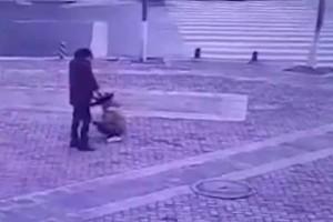 Παιδί πετάει δυναμιτάκι μέσα σε φρεάτιο με αυτό που ακολούθησε να σοκάρει! «Πάγωσαν» όσοι είδαν τις εικόνες! (Video)