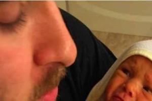 Πατέρας ανεβάζει φωτογραφία από την κόρη του - Αν την παρατηρήσετε όμως καλύτερα, υπάρχει κάτι πολύ ανησυχητικό πέρα από τη γκριμάτσα της!
