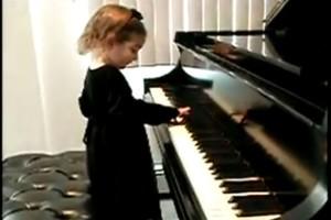 Η γιαγιά είδε το μικρό κοριτσάκι να πλησιάζει διστακτικά το πιάνο...Όταν ξεκίνησε να παίζει, μείναμε όλοι άφωνοι!