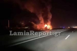 Συναγερμός στην Αθηνών - Λαμίας: Νταλίκα τυλίχτηκε στις φλόγες!