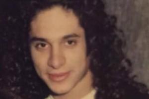Ο τύπος της φωτογραφίας είναι παίκτης του Survivor! Αγνώριστος με μακριά μαλλιά μπούκλες