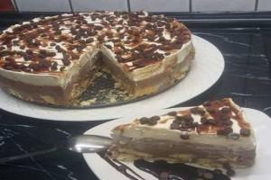 Πανεύκολη και γευστική δίχρωμη τούρτα με μπισκότα, ζαχαρούχο γάλα και μερέντα για όλες τις περιστάσεις!