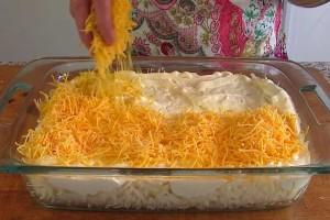 Τρίβει τυρί, πάνω στις πατάτες και τα βάζει στο φούρνο! Το αποτέλεσμα; Πατάτες λουκούμι!