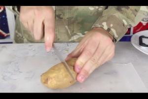 Άρχισε να κόβει μια πατάτα σε λεπτές φέτες...Το αποτέλεσμα; Εκπληκτικό