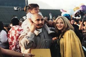 Μικρό κοριτσάκι ποζάρει με τους νεαρούς γονείς της – 17 χρόνια αργότερα, κοιτά πιο προσεκτικά τη φωτογραφία και παθαίνει σοκ