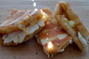Τυρόπιτα με πίτα σουβλάκι: Πεντανόστιμη χωρίς ζύμη, με 4 μόνο υλικά, που γίνονται στο άψε σβήσε