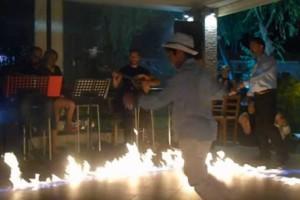 """15χρονο αγόρι χορεύει ζεϊμπέκικο ανάμεσα σε φωτιές και """"τρελαίνει"""" τους πάντες!"""