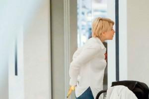 Άβαφη και απλή η Σία Κοσιώνη έκανε βόλτα με τον γιο της!