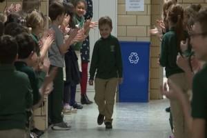 6χρονος νίκησε τη λευχαιμία και η υποδοχή από τους συμμαθητές του θα σας κάνει να δακρύσετε