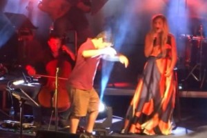Όταν ανέβηκε αυτός ο άντρας να χορέψει ζεϊμπέκικο έκανε μέχρι και τη Νατάσα Μποφίλιου να δακρύσει!