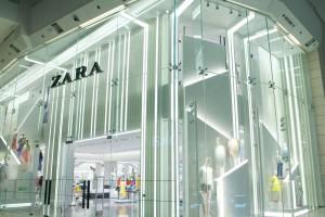 ZARA: Το φούξια φόρεμα από άλλη εποχή που είναι ιδανικό για γάμο είτε ως καλεσμένη είτε ως μια fashion νύφη