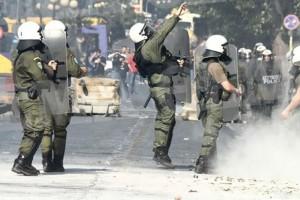 Επεισόδια στην ΑΣΟΕΕ: Κουκουλοφόροι επιτέθηκαν με ρόπαλα σε αστυνομικό!
