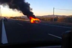 Συναγερμός στην Αττική Οδό - Αυτοκίνητο «τυλίχθηκε» στις φλόγες!