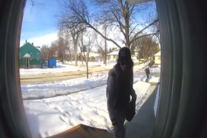 Κάμερα ασφαλείας καταγράφει μια γυναίκα να κλέβει ένα δέμα. Αυτό που ακολούθησε θα κάνει το αίμα σας να παγώσει!