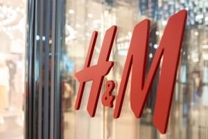 H&M: Το σαμπανιζέ φόρεμα με σατέν ύφασμα που φαίνεται πανάκριβο, έχει τιμή σοκ και  είναι ό,τι καλύτερο μπορείς να αγοράσεις