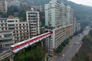 Αδιανόητο: Αυτό το τρένο περνάει μέσα από μια πολυκατοικία!