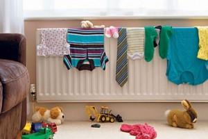 Στεγνώνετε τα ρούχα σας στο καλοριφέρ; Δείτε το λόγο που δεν πρέπει να το ξανακάνετε ποτέ!
