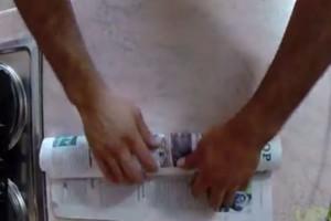 Παίρνει ένα ψάρι, το τυλίγει σε εφημερίδα και το βάζει στο φούρνο...Ο λόγος; Απίστευτο! (Video)