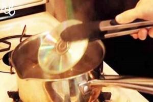 Πήρε ένα CD και το έβαλε σε βραστό νερό μέσα σε μια κατσαρόλα - Όταν δείτε τον λόγο θα τρελαθείτε!