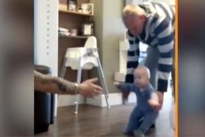 Αυτό το μωρό προσπαθεί να κάνει τα πρώτα του βήματα -  Η αντίδραση της αδερφής του είναι ξεκαρδιστική!