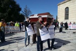 Έπος! Οι απεργοί στην Κρήτη έκαναν... κηδεία στην κοινωνική ασφάλιση!