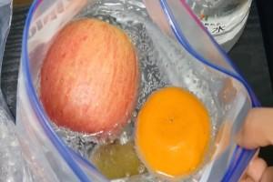 Τοποθετεί τα φρούτα σε μια σακούλα με νερό και τα βάζει στο ψυγείο- Θα σας σώσει!