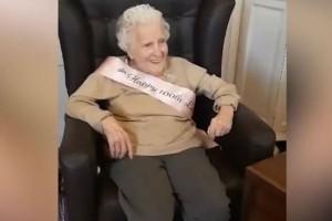 Αιωνόβια γιαγιά κλείνει τα 100 και δίνει το πιο σημαντικό μάθημα ζωής! (Video)