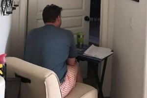 Εδώ και 6 μήνες κάθεται έξω από το δωμάτιο της γυναίκας του. Ο λόγος θα σας συγκλονίσει!