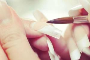 Αυτός είναι ο σωστός τρόπος για να αφαιρέσεις το τεχνητό μανικιούρ μόνη σου και να παραμείνουν τα νύχια σου άφθαρτα!