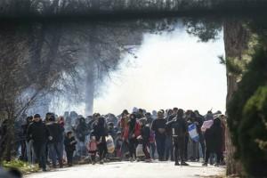 Τρομερά επεισόδια στα σύνορα Ελλάδας-Τουρκίας! Μετανάστες προσσπαθούν να περάσουν και οι αστυνομικοί ρίχνουν χημικά! (videos)