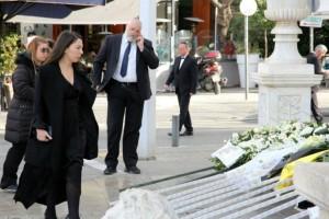 Συγκίνηση στην κηδεία του Κώστα Βουτσά! Δείτε όλες τις στιγμές από το τελευταίο «αντίο» του «αιωνίου έφηβου»! (videos)
