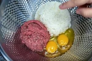 Βάζει κιμά, αυγό και ρύζι σε ένα μπολ και τα ανακατεύει - Δοκιμάστε το!