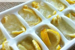 Κόψτε τα λεμόνια, βάλτε τα σε μια παγοκύστη και τοποθετήστε τα στην κατάψυξη...Θα εκπλαγείτε