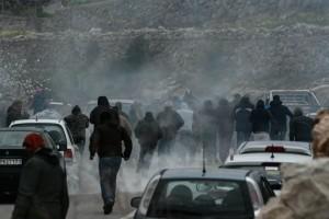 Σκηνές-σοκ στην Χίο! Δυνάμεις των ΜΑΤ σπάνε αυτοκίνητα και αποκαλούν «Τουρκόσπορους» τους κατοίκους! (videos)