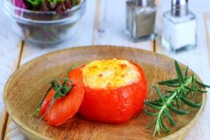 Ανοίγει μια ντομάτα και βάζει μέσα αυγά και τυρί...Όταν την βγάζει από τον φούρνο έχει κάνει ένα αριστούργημα!
