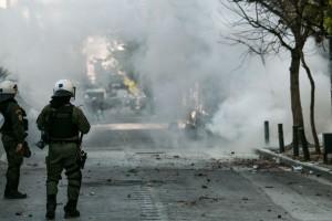 «Ντου» της αστυνομίας μέσα στην ΑΣΟΕΕ - Πετροπόλεμος και χημικά!
