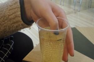 Βάζει το βαμμένο νύχι μέσα σε ένα ποτό...Μόλις το βερνίκι άλλαξε χρώμα κάλεσε αμέσως την αστυνομία!