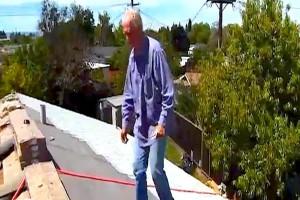 Ηλικιωμένος πηγαίνει κάθε μέρα στην στέγη του σπιτιού του...Αυτό που του έκαναν θα σας συγκινήσει!