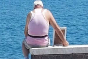 Παππούς κάθεται κάθε μέρα με μια κορνίζα γυρισμένη στην θάλασσα...Όταν διαβάσετε τον λόγο θα δακρύσετε!