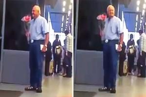Αυτός ο παππούς στέκεται στο αεροδρόμιο με μια ανθοδέσμη...Ο λόγος; Θα σας κάνει να δακρύσετε
