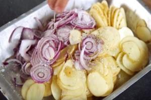 Βάζει πατάτες στο ταψί, ρίχνει από πάνω κρεμμύδια και το βάζει στον φούρνο...Το αποτέλεσμα είναι εξωπραγματικό!