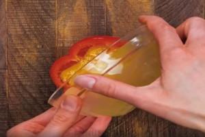 Ανοίγει μια πιπεριά και ρίχνει μέσα ένα αυγό και μπαχαρικά! Το αποτέλεσμα θα σας ενθουσιάσει!