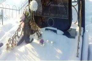 Όλοι νόμιζαν πως ήταν ένας απλός τάφος 25χρονης. Μόλις τον είδαν ολόκληρο πάγωσαν!