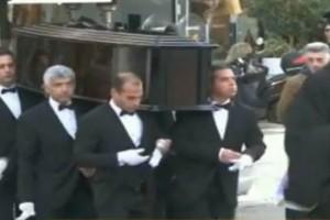 Τα πρώτα πλάνα από την κηδεία του Κώστα Βουτσά! Υποβασταζόμενη η Αλίκη Κατσαβού! (video)