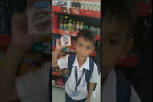 """7χρονος πιτσιρικάς θέλει απεγνωσμένα να αγοράσει αυτά τα προφυλακτικά για τη δασκάλα του - Μόλις δείτε το λόγο θα """"κλάψετε"""" από τα γέλια!"""