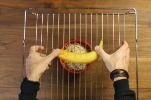 Πιέζει μια μπανάνα πάνω σε μια σχάρα - Ο λόγος; Ευφυέστατος!
