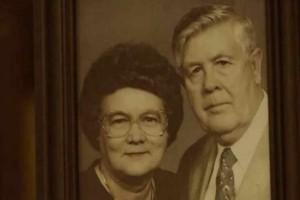 Αυτή η γιαγιά πέθανε μετά από 67 χρόνια γάμου - Όταν ο ζωντανός σύζυγός της ανοίγει έναν παλιό τηλεφωνικό κατάλογο, ανακαλύπτει κάτι συγκλονιστικό!
